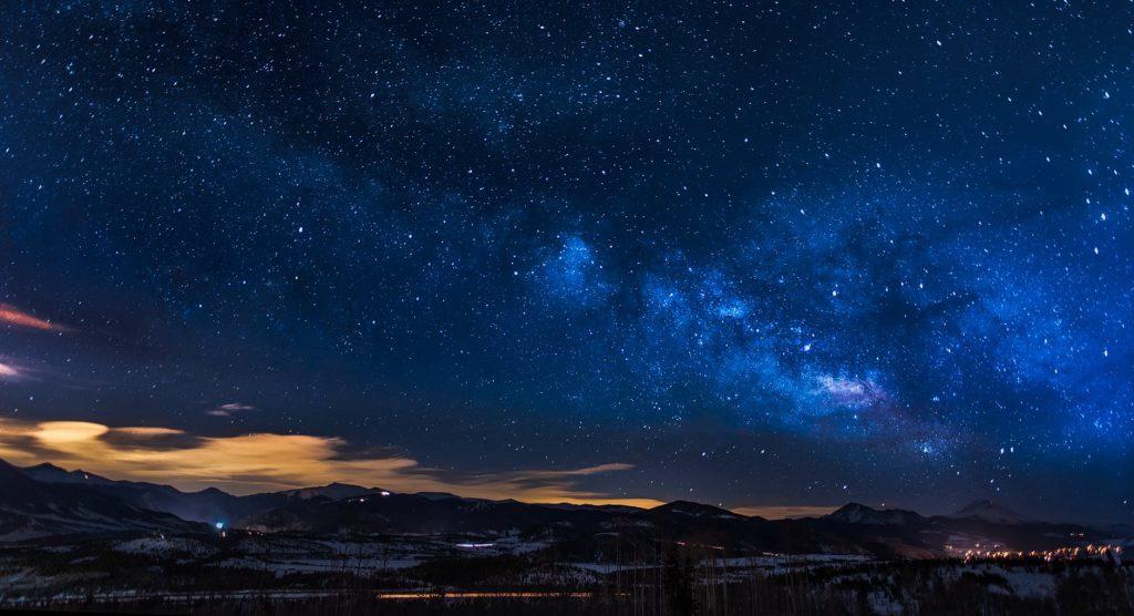 Céu noturno estrelado.