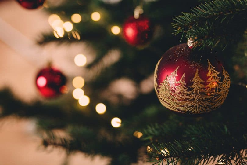 Foto próxima de bola vermelha de enfeite de árvore de natal.