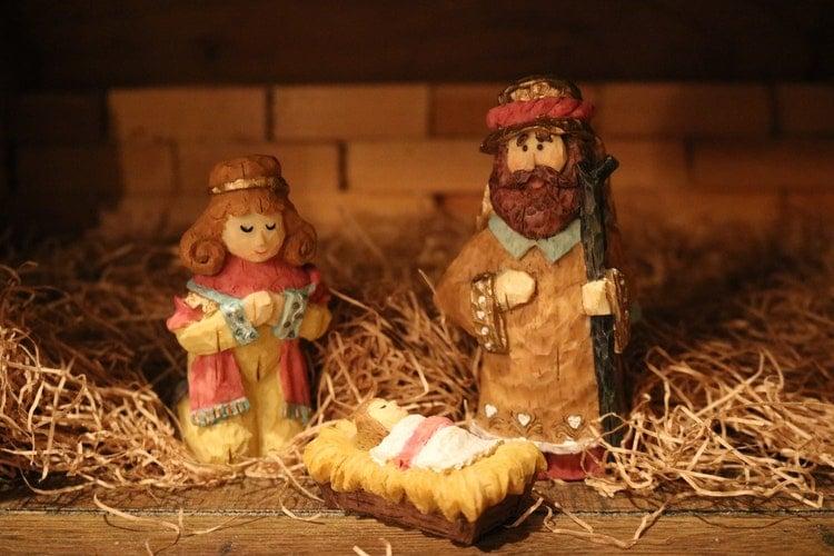 Miniaturas em bisquit de José, Maria e Jesus bebê na manjedoura.