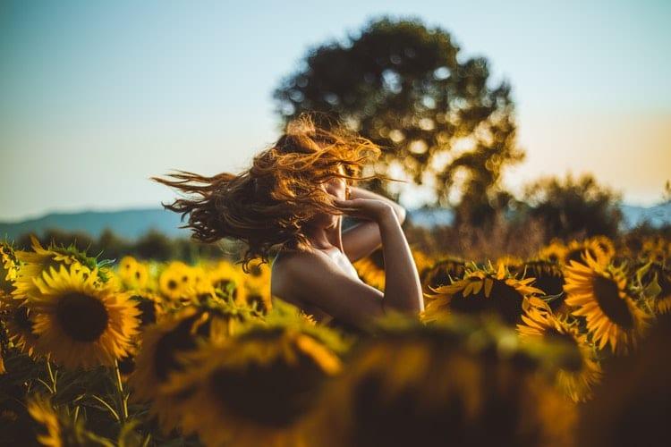 Mulher em um campo de girassóis.