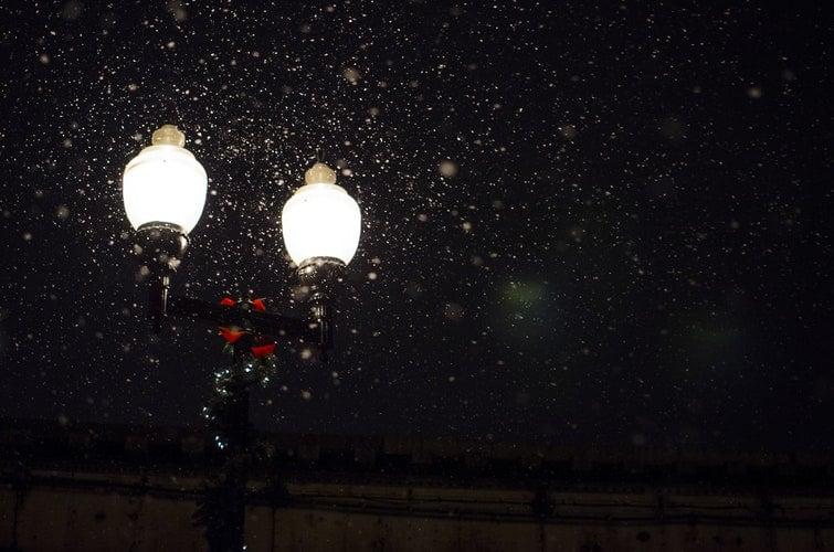 Poste de luz com enfeites de natal.