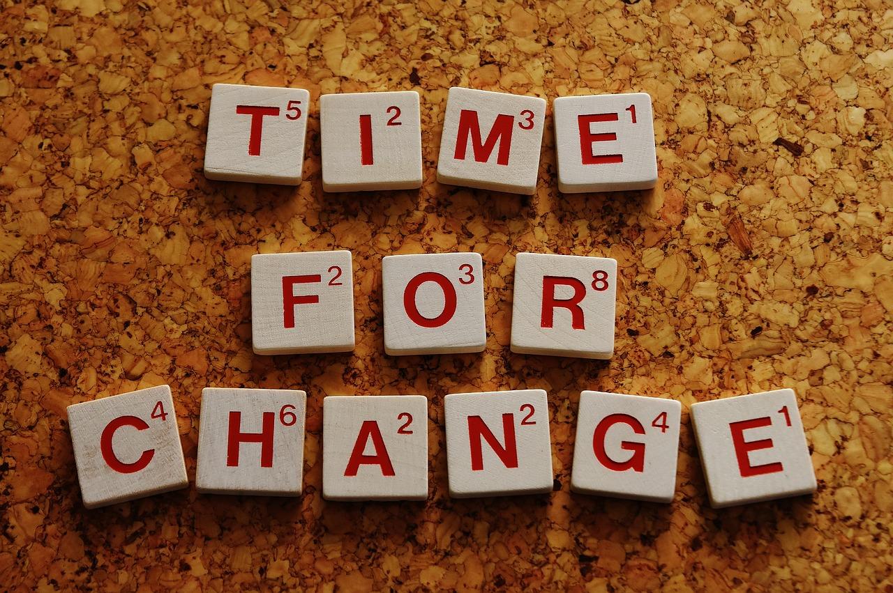 """Brinquedo de letras em cubos. Formam a frase """"time for change"""". Traduzindo para o português seria """"tempo para mudar""""."""