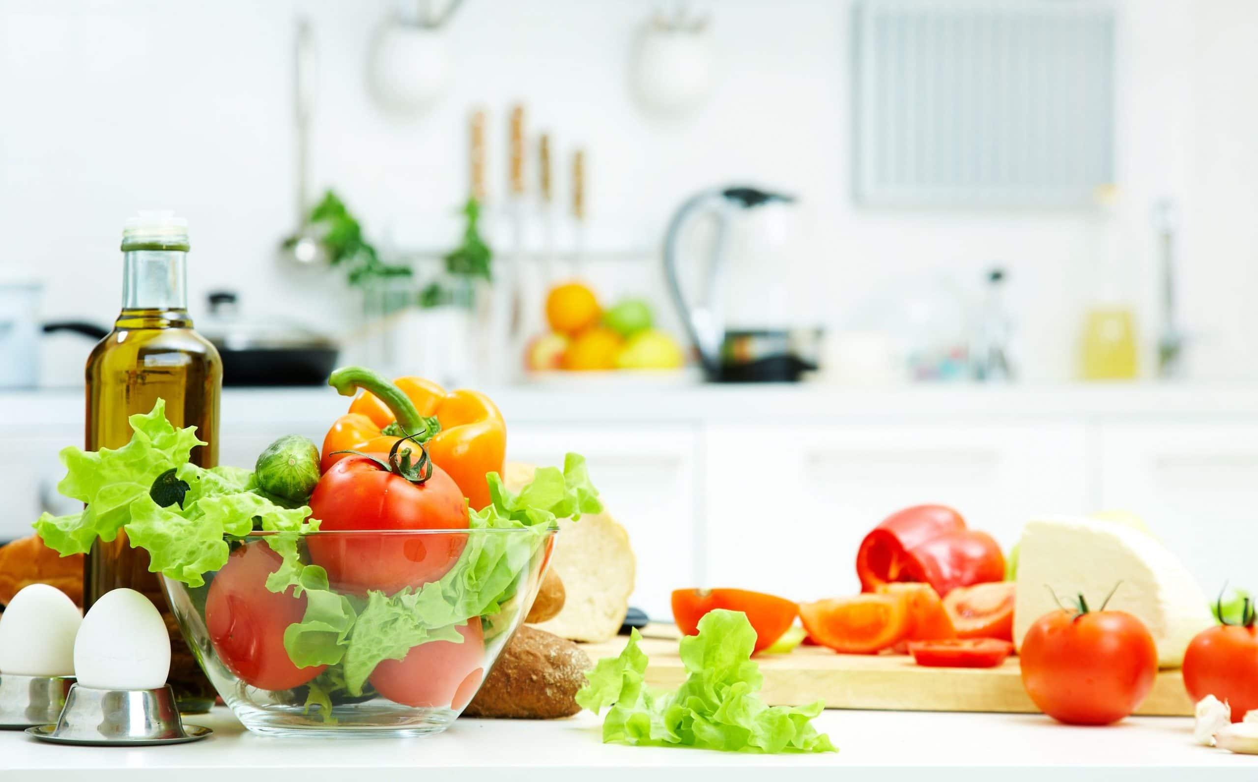 Alimentos saudáveis colocado em cima de uma mesa de cozinha.
