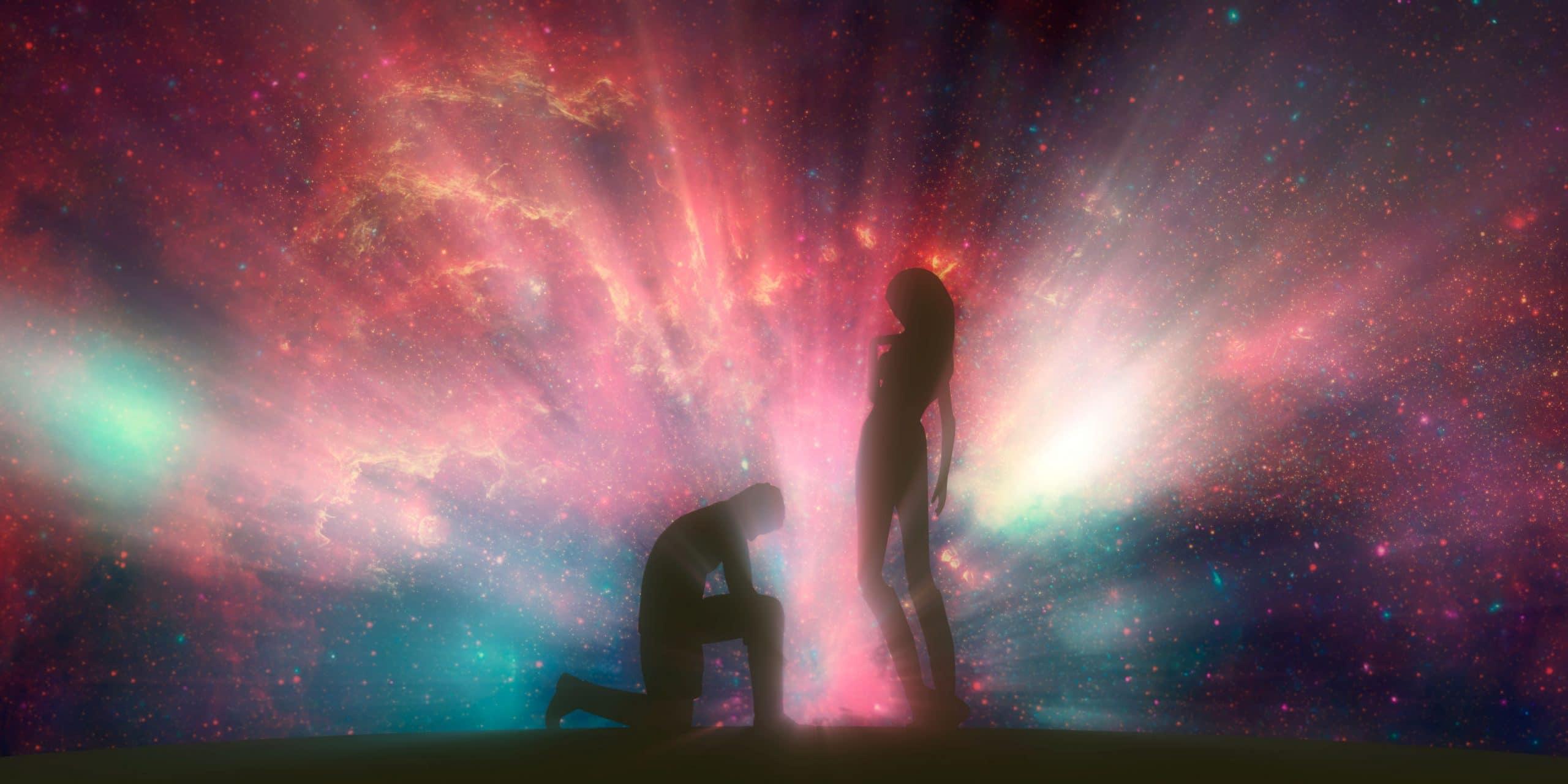 Silhueta de homem ajoelhado e mulher em pé na sua frente, com galáxia azul e rosa ao fundo.