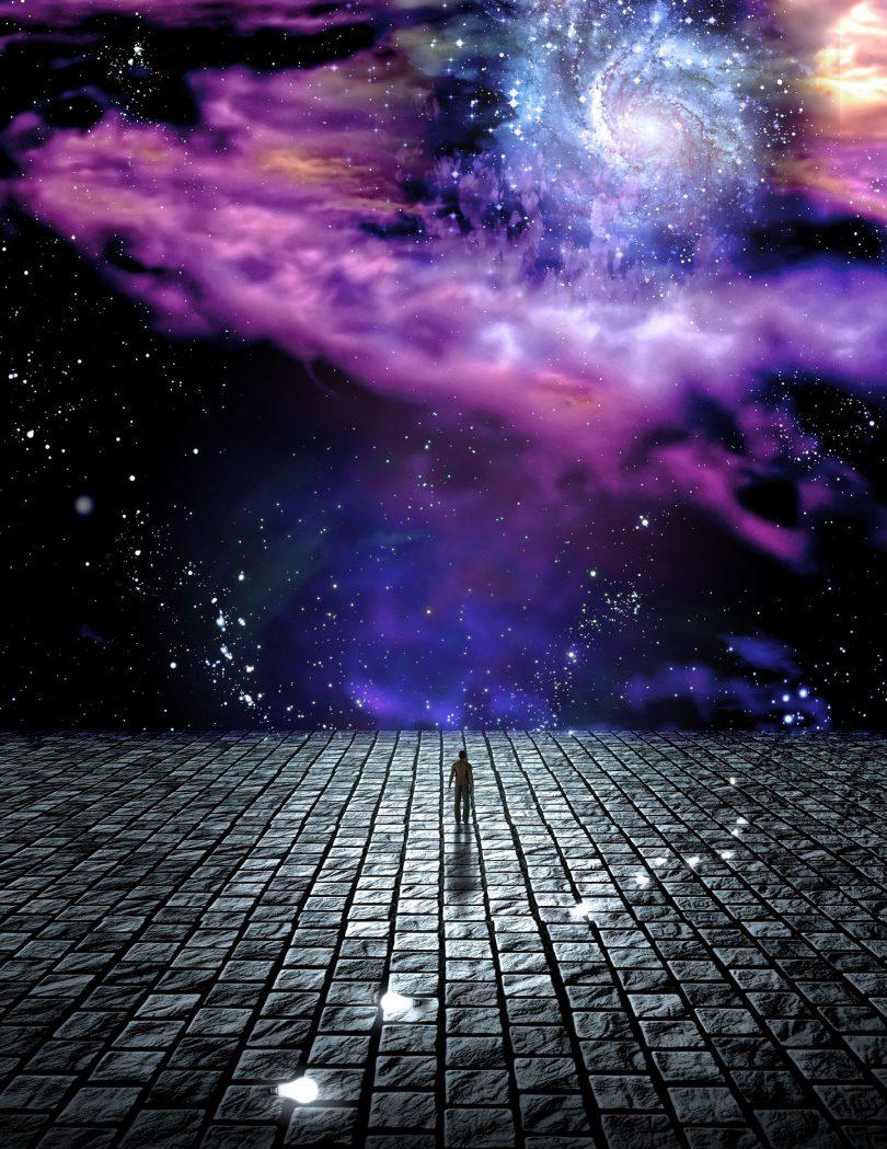 Ilustração de silhueta de pessoa caminhando em um chão de tijolos pretos com uma imagem de uma galáxia roxa ao fundo;
