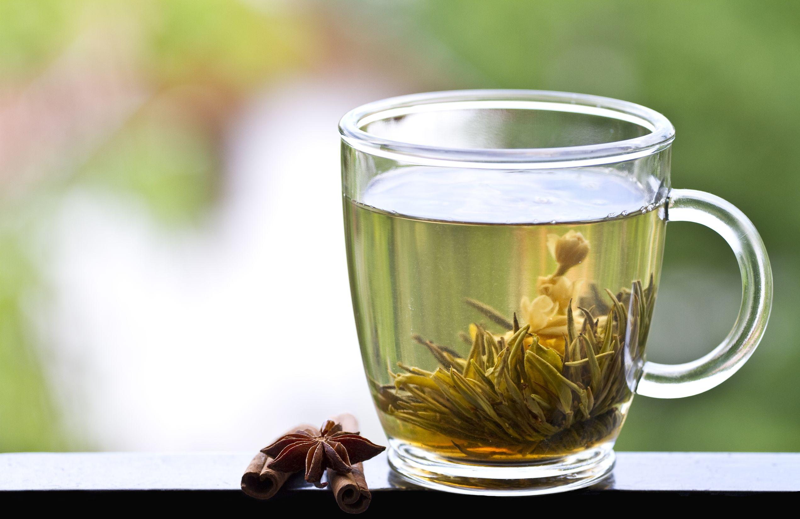 xícara transparente com chá verde.