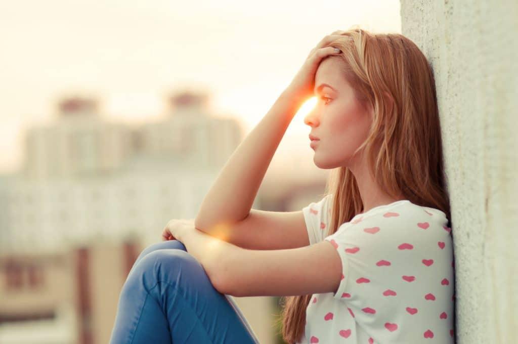 Mulher sentada pensando