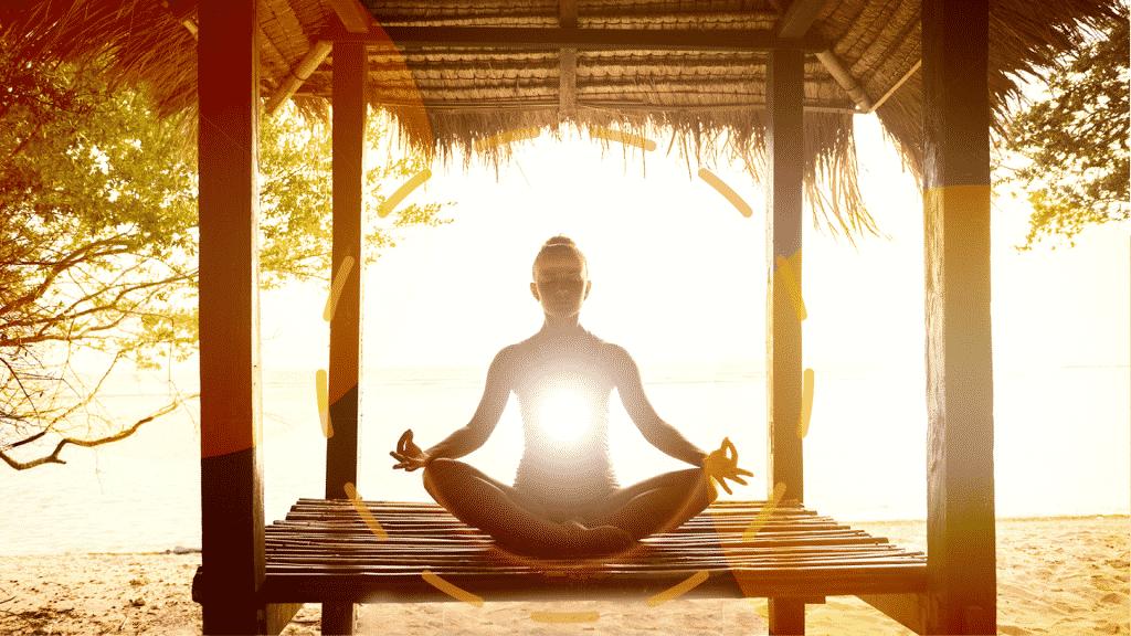 Silhueta de pessoa meditando sob o por do sol