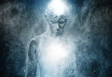 Ilustração de pessoa luminosa e azul, se mesclando com o fundo, representando um espírito humano.