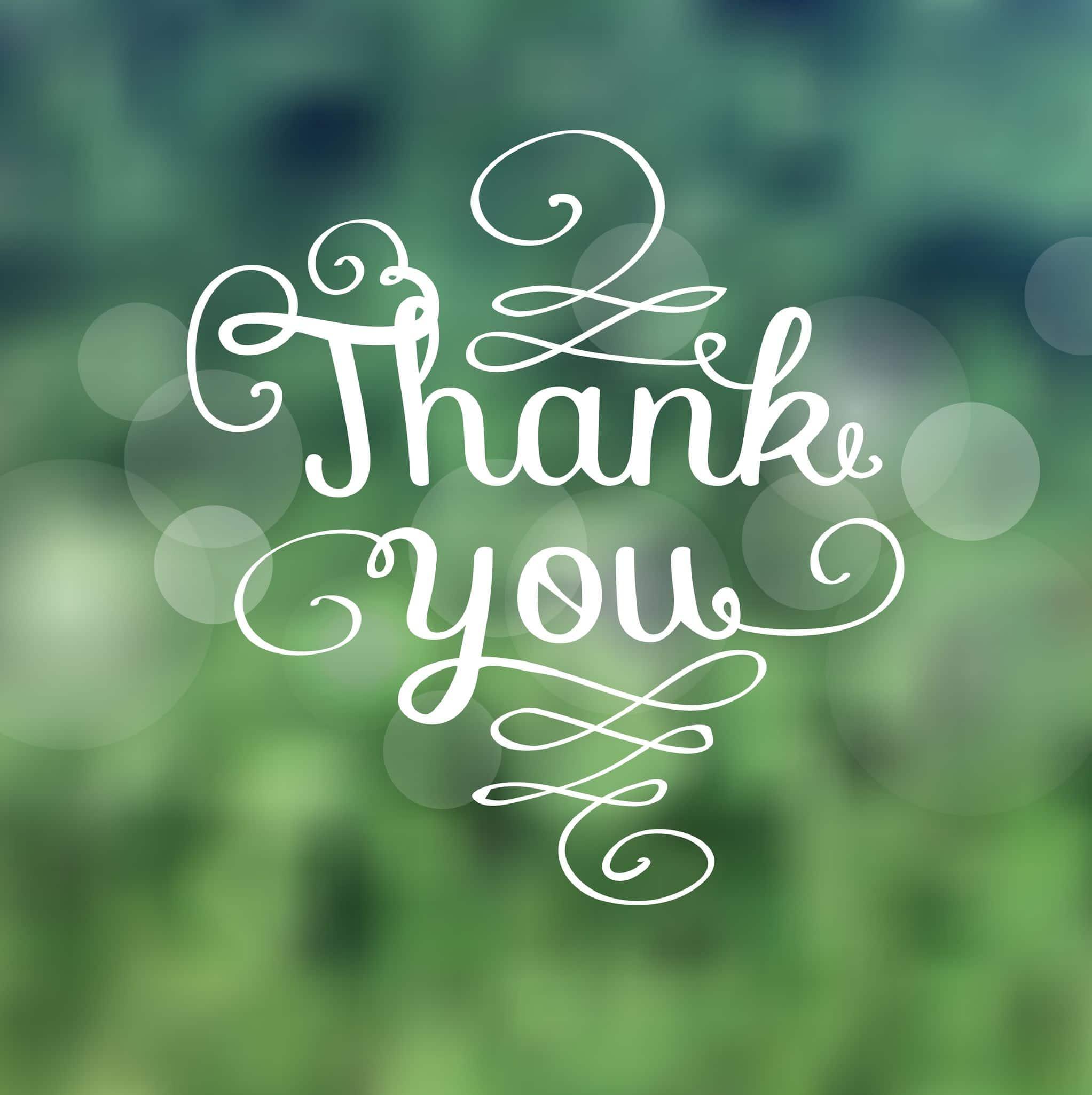 Expressão Obrigada escrita em inglês com palavras brancas em um fundo verde.