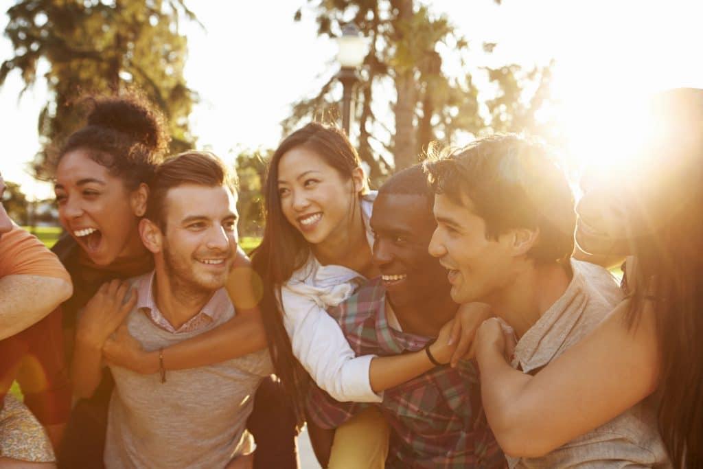 Grupo de amigos se abraça.