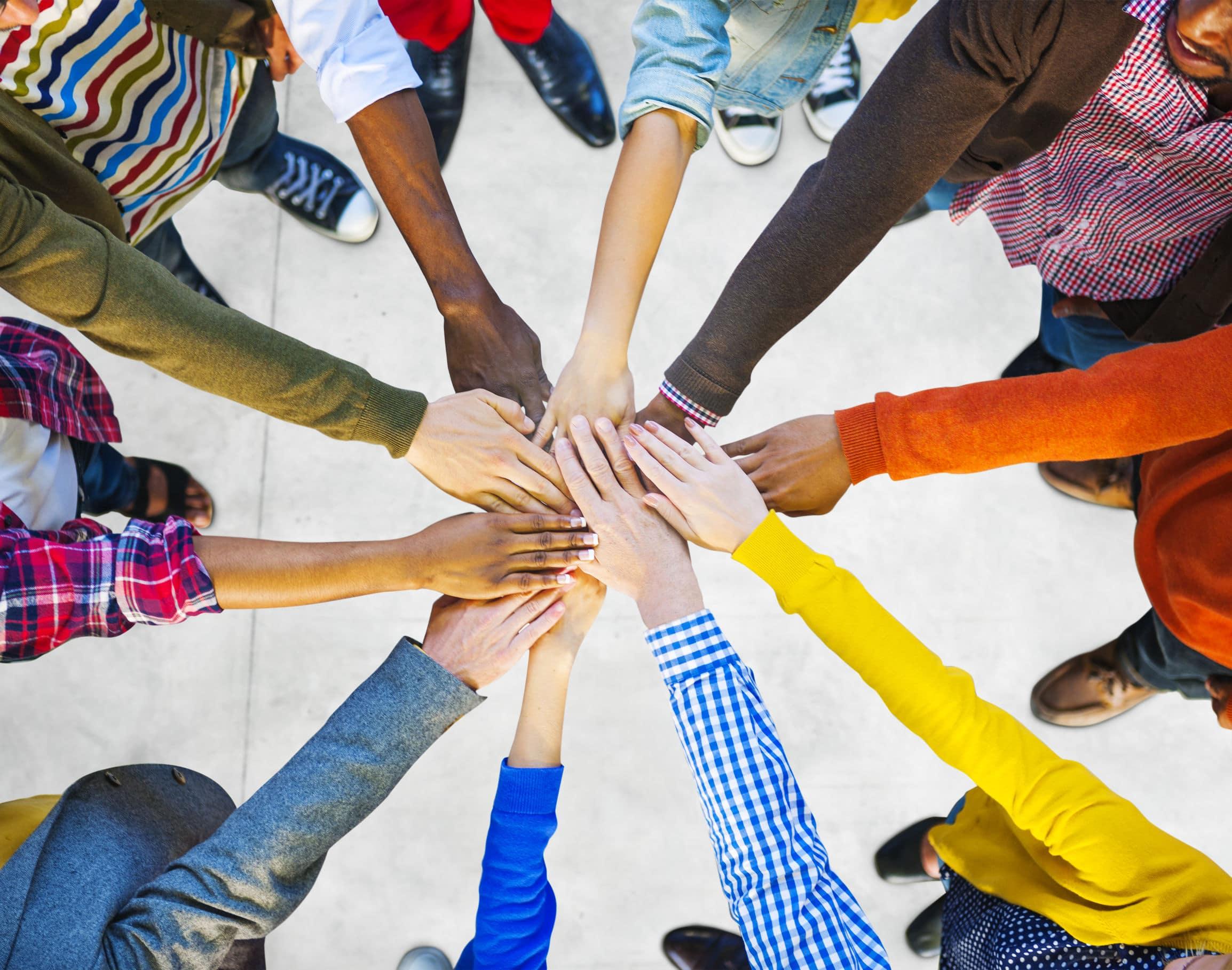 grupo de diversas pessoas multiétnicas trabalho em equipe, juntando suas mãos