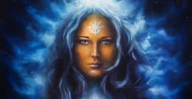 mulher deusa com cabelo azul comprido, segurando a pintura a óleo