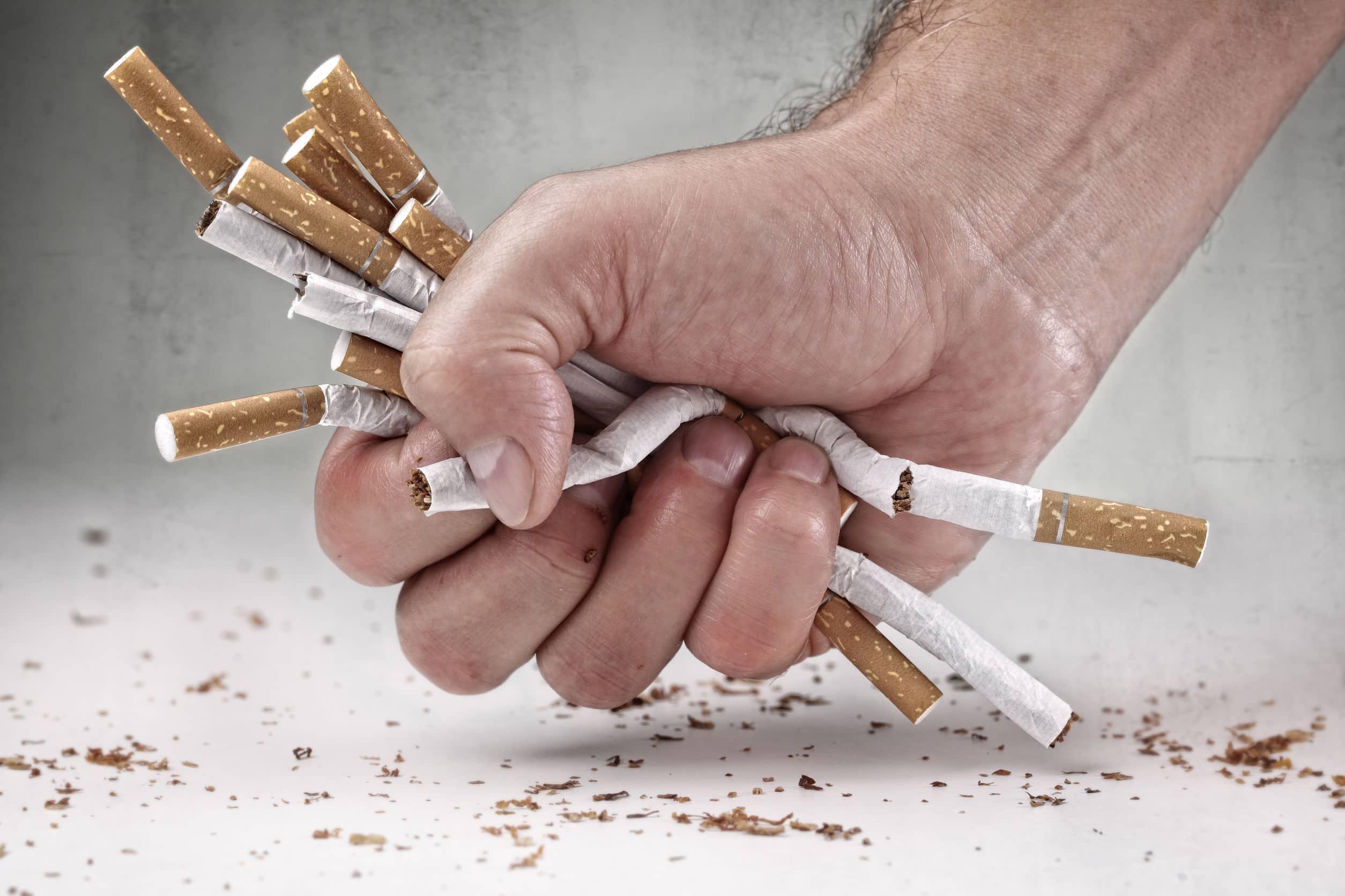 Homem recusando cigarros. Conceito para parar de fumar e estilo de vida saudável