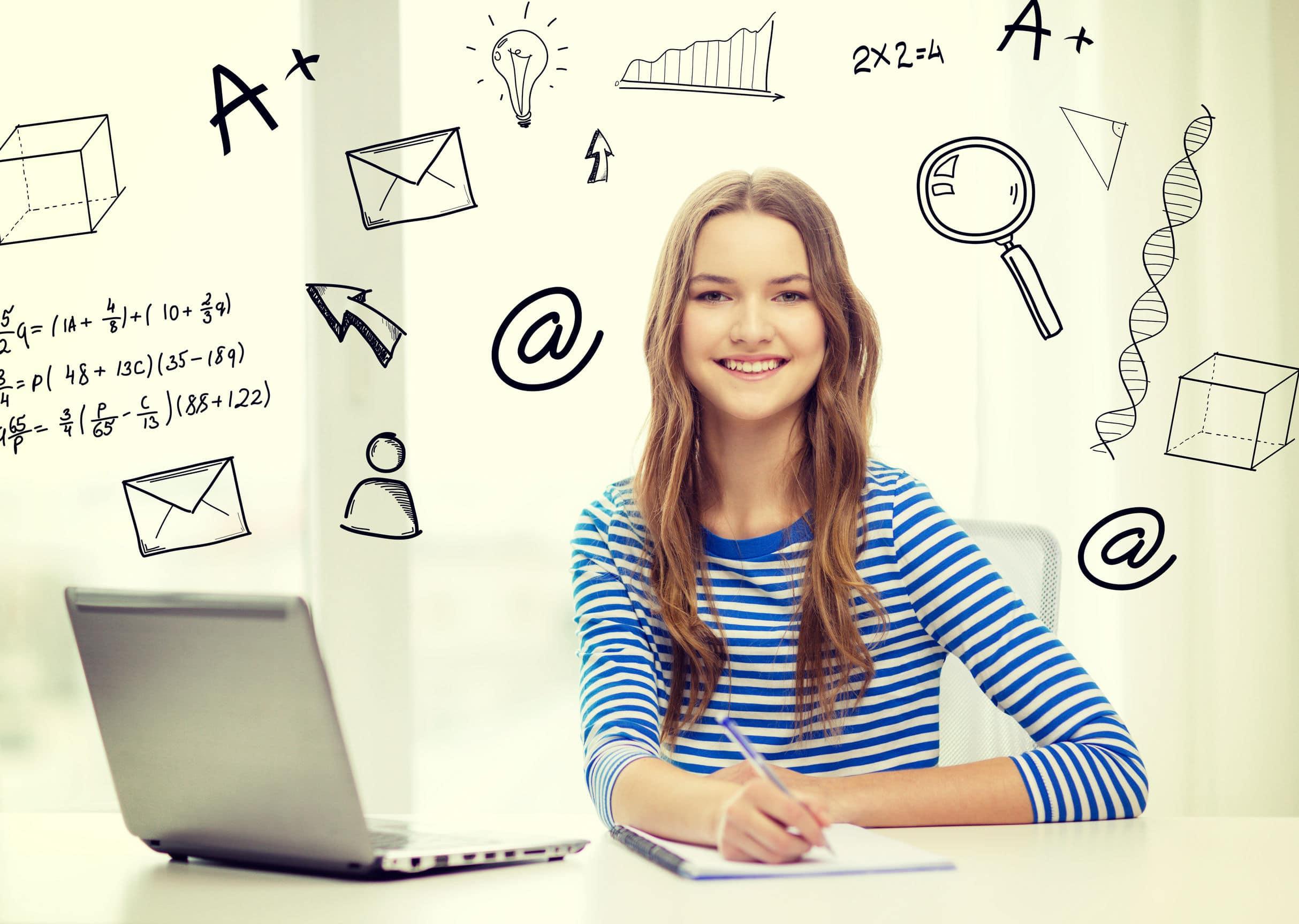 Adolescente loira sentada em uma mesa, usando um computador e um caderno. Desenhos feitos na imagem como envelope, lupa, sinal de @. Conceito de internet para auxiliar os estudos.
