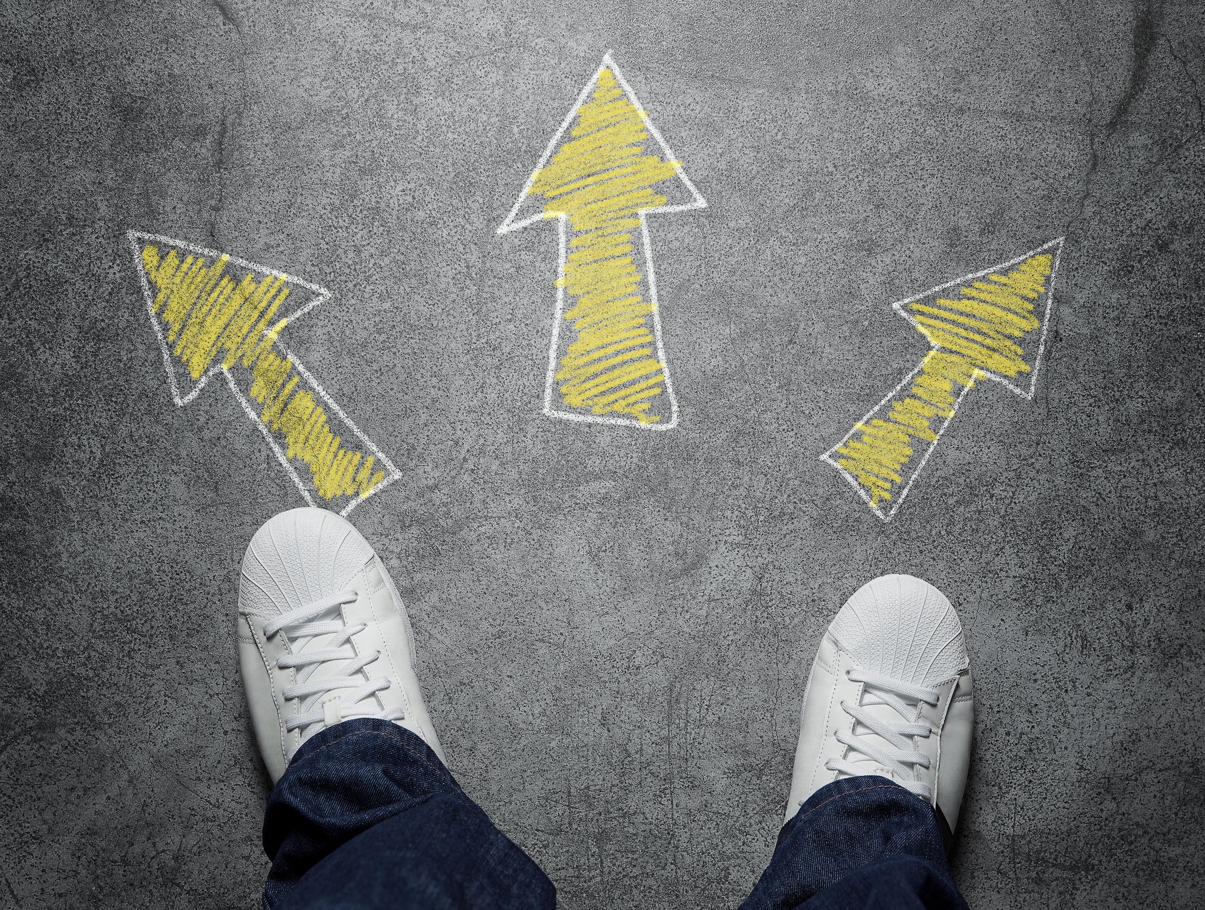Imagens de par de pés usando um tênis branco. No chão estão desenhadas 3 setas amarelas apontadas para diferentes direções.