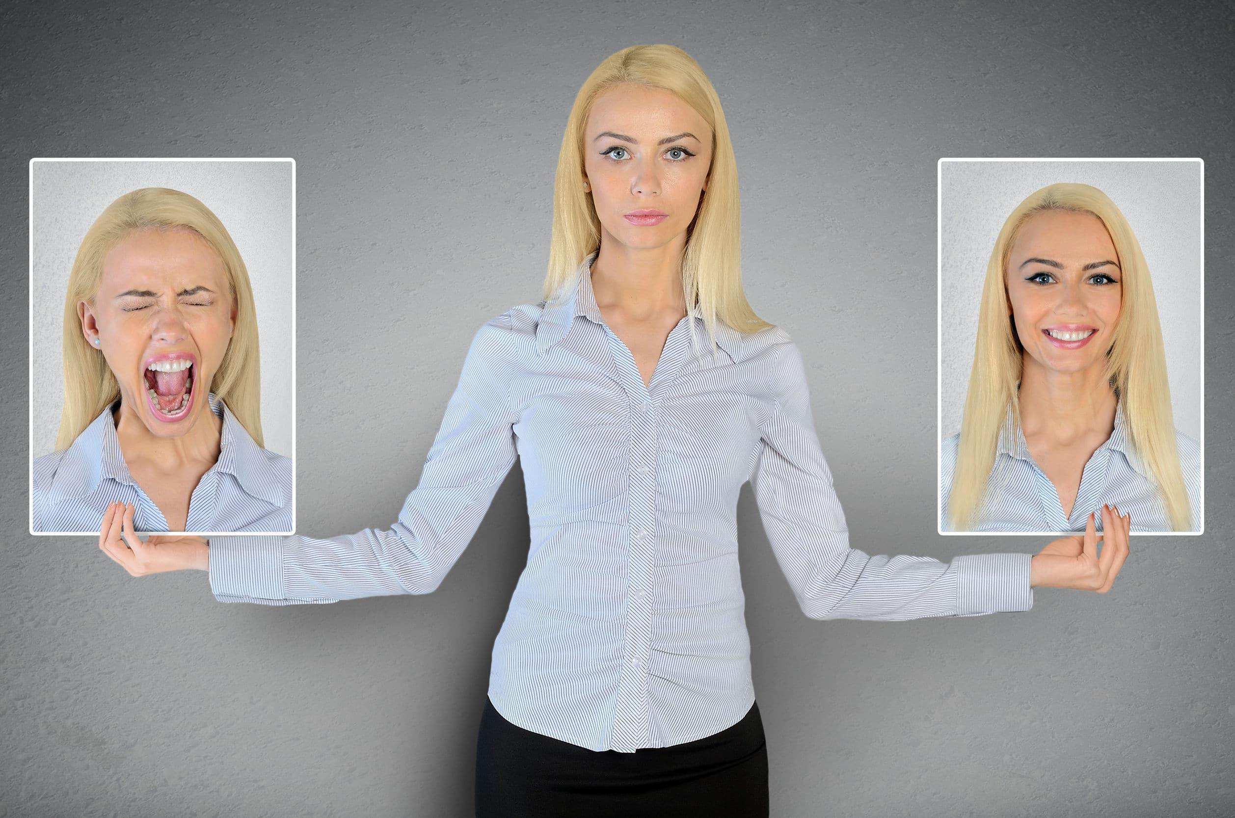Mulher segurando duas fotografias. Uma sorrindo e a outra gritando. Ela é loira e usa uma camisa listrada azul e branca.