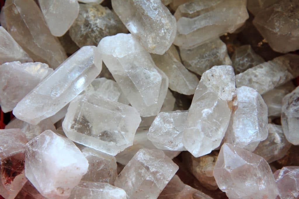 Cristal de Quartzo transparentes uns sobre os outros.