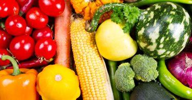 legumes frescos colocados juntos em cima de uma mesa.
