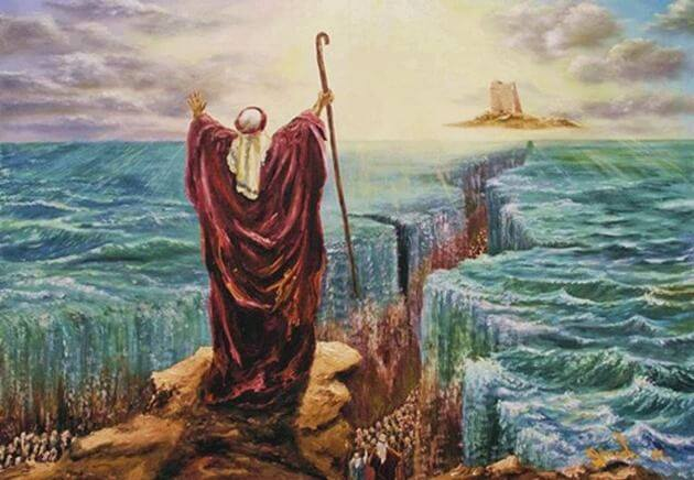 Imagem de Moisés em frente ao mar com uma mão estendida ao alto e a outra levantando um cajado. A sua frente o mar está se abrindo e há uma luz forte vindo dos céus.
