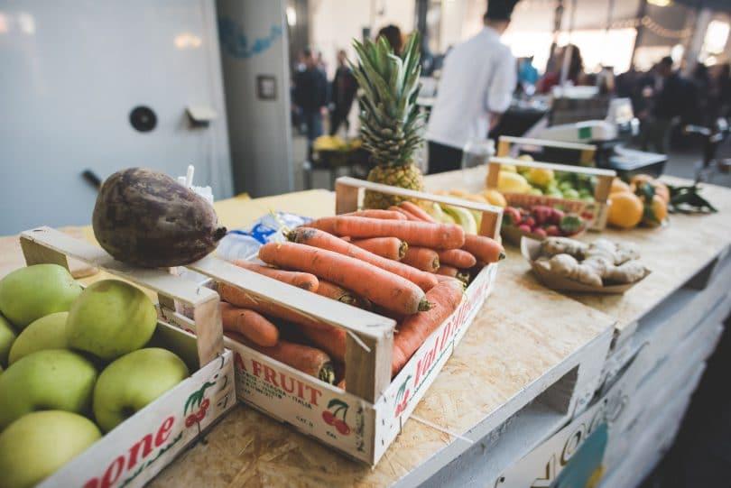 Mercado de comidas naturais e frescas.