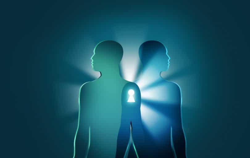 Desenho de duas silhuetas de pessoas, uma de costas para a outra, representando espíritos, com uma luz ao fundo.
