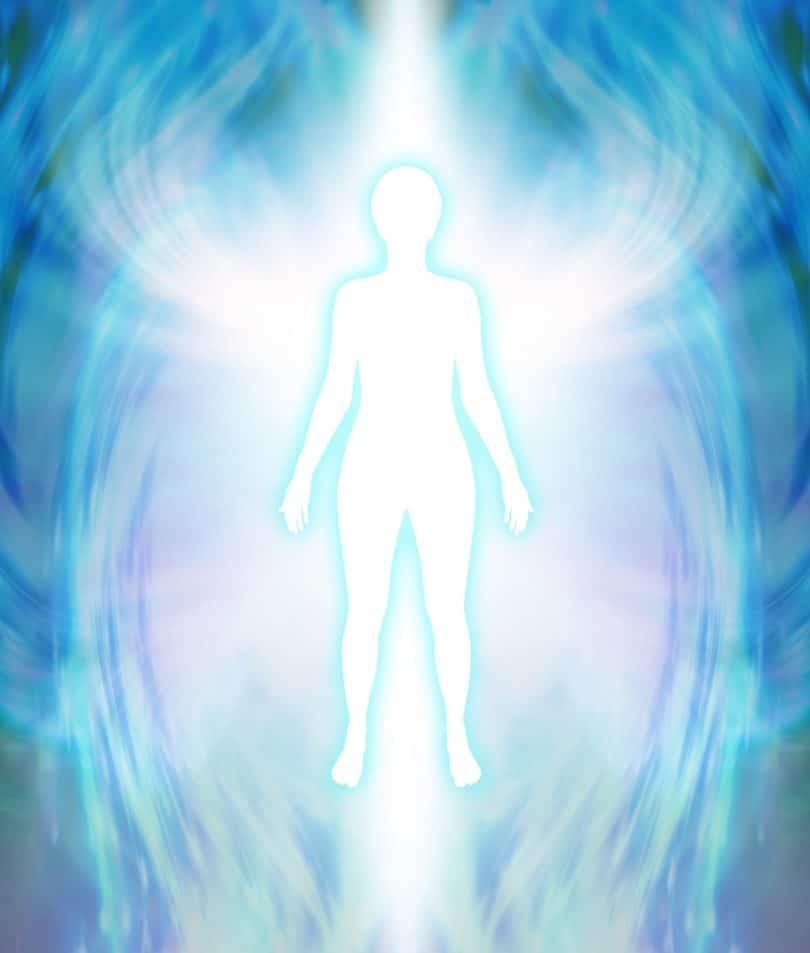 Desenho de silhueta de pessoa iluminada cercada por cores azul e roxo mescladas com branco.