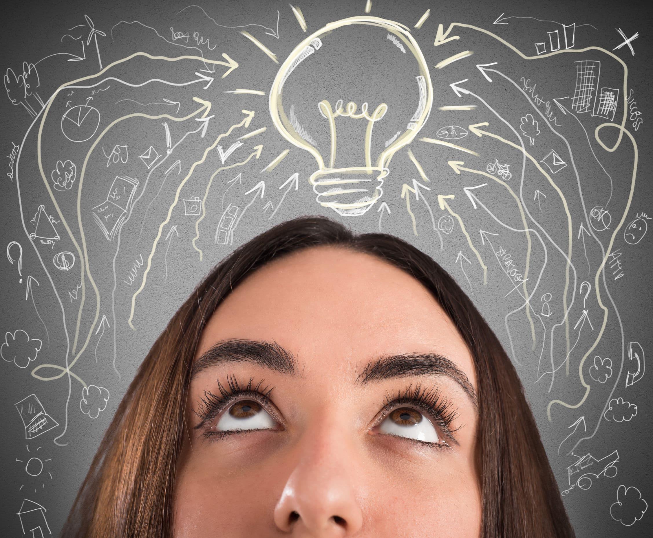 Mulher olhando para cima. Uma lâmpada surge acima da cabeça dela. Vários desenhos que representam ideias ao lado.