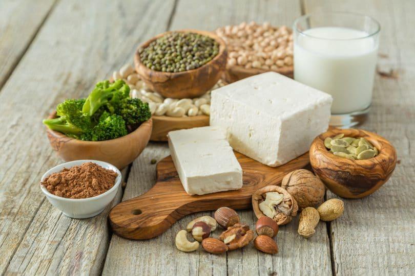 Alimentos que representam as proteínas vegetais. Fundo de madeira rústica.