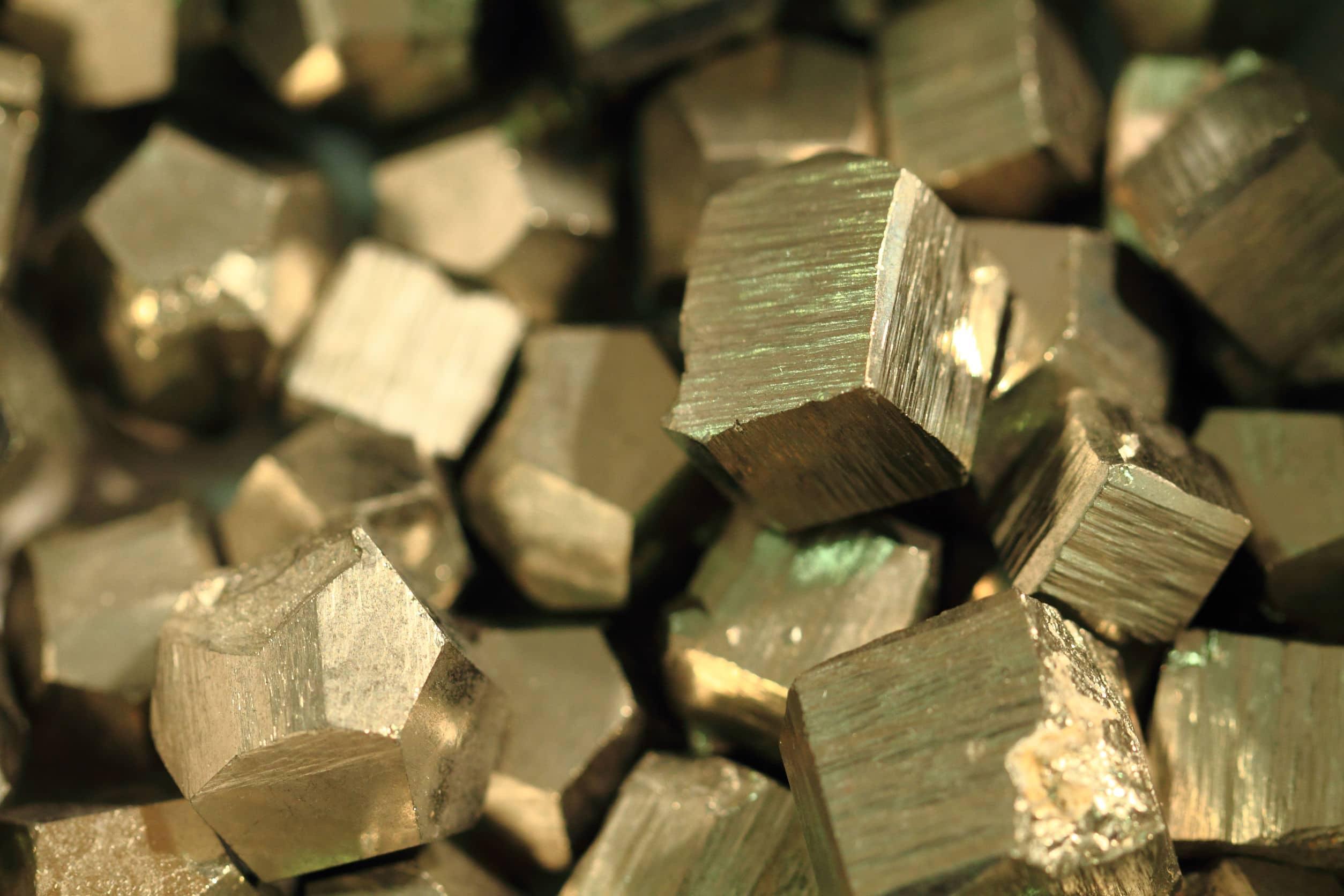 Pedra pirita. Pedra dourada com textura de fissuras e linhas.