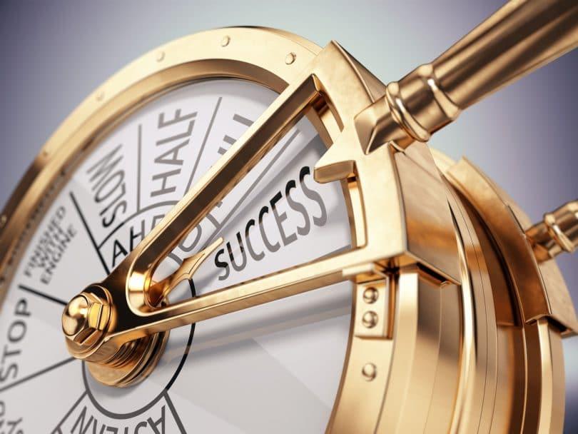 Antigo telégrafo de sala de máquinas indicando a palavra sucesso. O objeto é todo dourado.