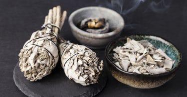 Incensos usados em rituais xamanísticos em cima de uma mesa.