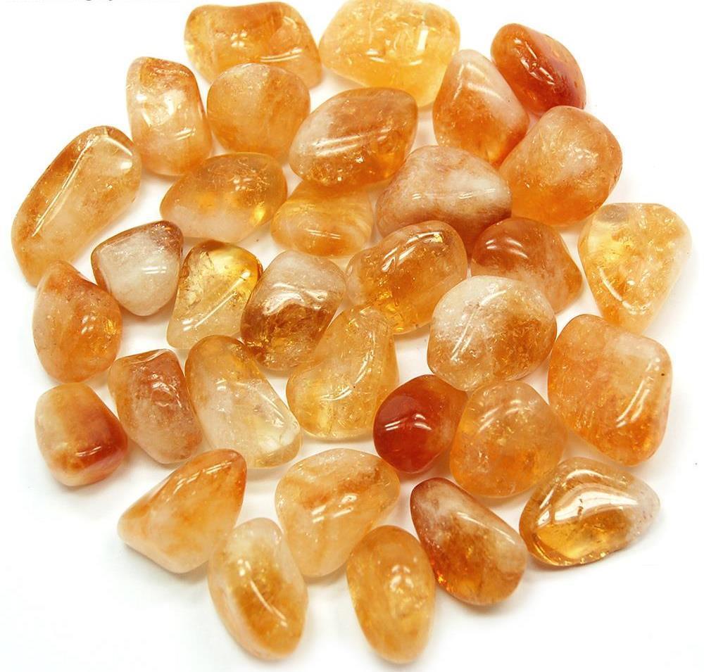 Pedras de citrino em diversos tamanhos e formas juntas.