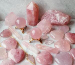 Pedras de Quartzo Rosa em diversos tamanhos e formatos todas juntas