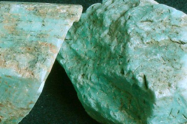 Pedra cor azul piscina. Possui manchas em cinza.