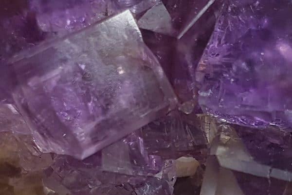 Pedra roxa com tons lilás. Em estado bruto é cheia de pontas.