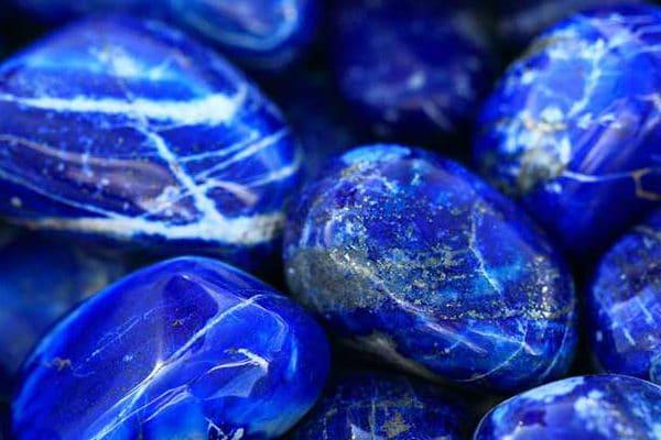 Pedra azul com manchas em branco e cinza metálico.