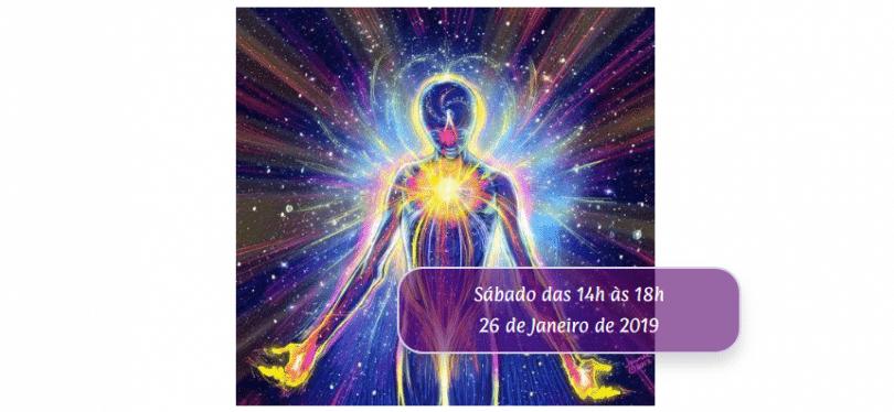 Imagem de uma silhueta de um corpo humano com luzes em volta e no meio. Ao fundo parece ser uma galáxia.
