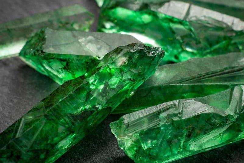 Esmeralda. Pedra verde, transparente e brilhante.