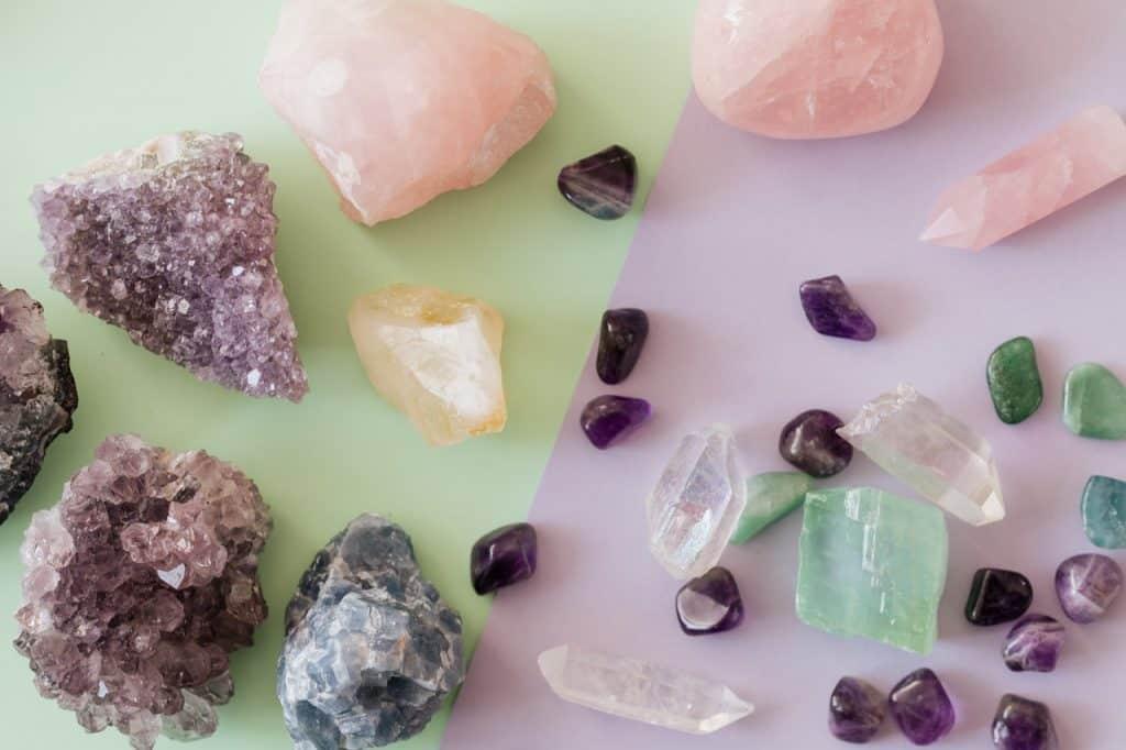 Vários tipos de cristais em cima da mesa colorida