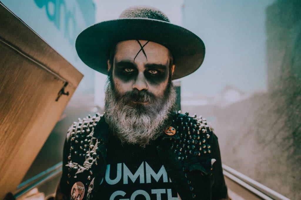 Homem com maquiagem de halloween.