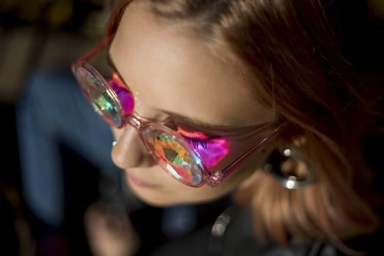 Mulher com óculos coloridos.