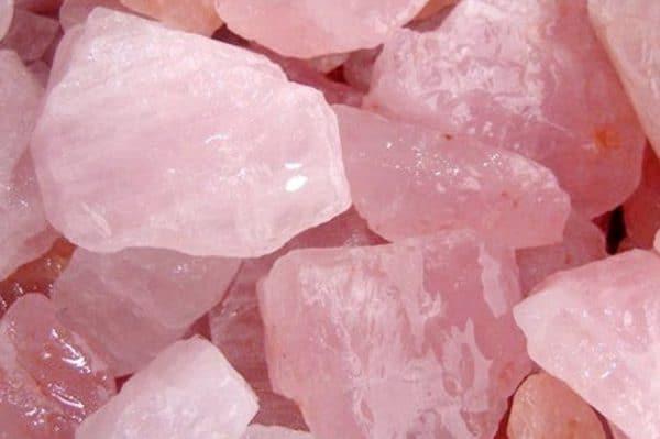 Quartzo rosa. Pedra bruta rosa claro.