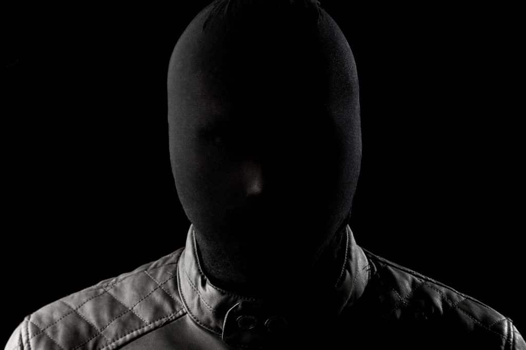 Homem vestindo uma máscara preta.