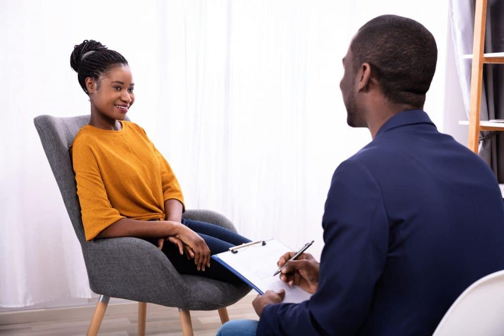 Mulher passando com um terapeuta.