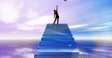 Mulher no topo de uma escada tentando alcançar um pássaro. Fundo de céu roxo e lilás.
