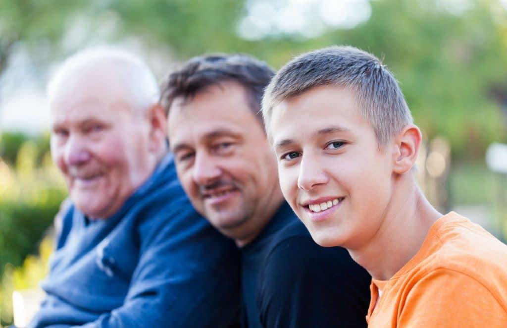 Gerações diferentes na mesma família. Avô, filho e neto.