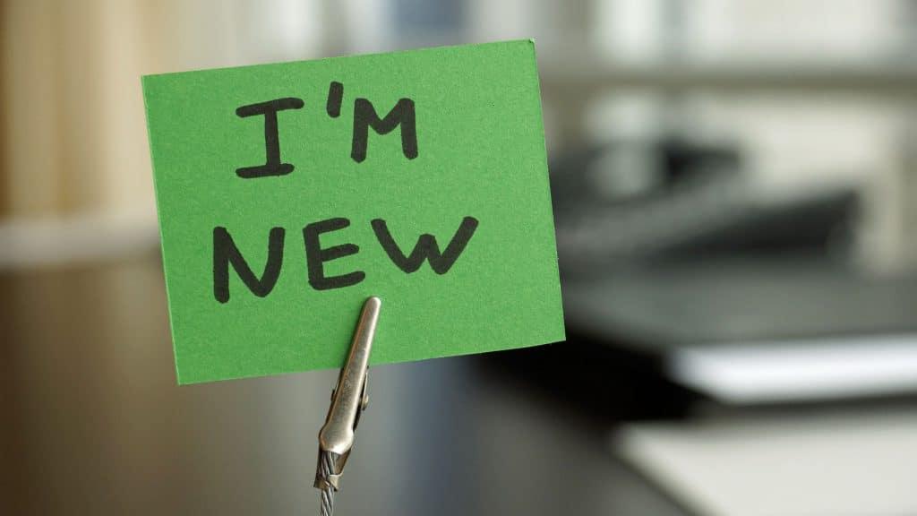 """Papel verde com escrito """"i'm new"""" traduzido """"eu sou novo"""" remetendo à um novo começo."""