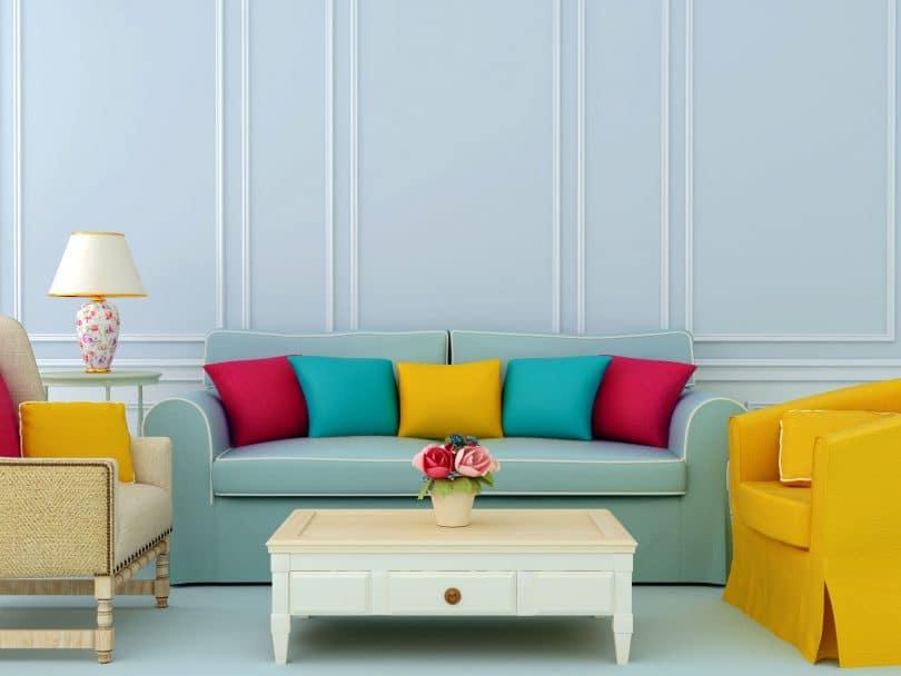 Sala colorida nos tons de azul, amarelo e rosa.