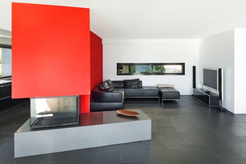 Sala moderna com paredes vermelhas.